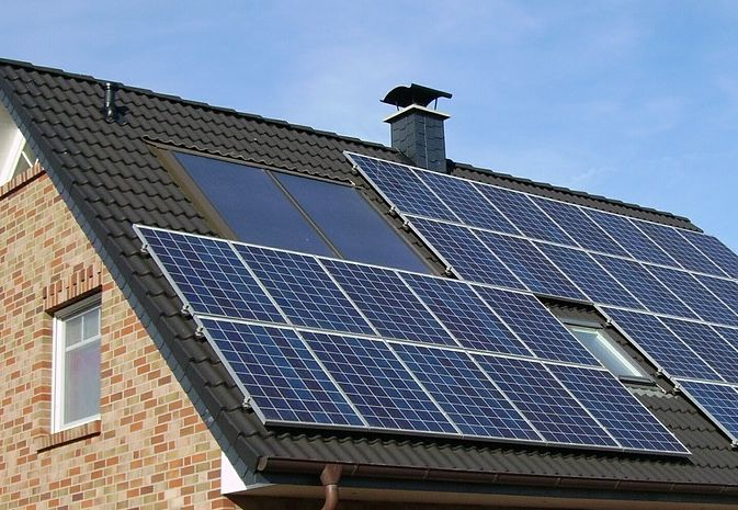 installation panneau solaire sur toit de maison
